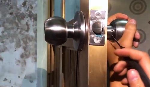 thay khóa cửa tay nắm tròn