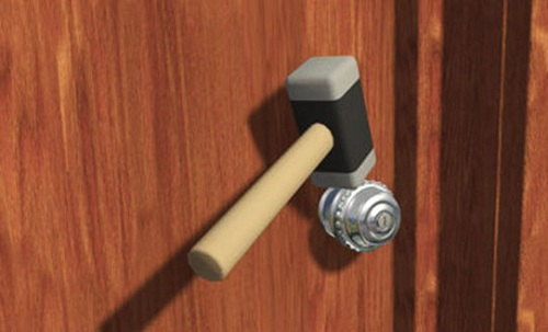 Phá khóa cửa tay nắm tròn bằng búa