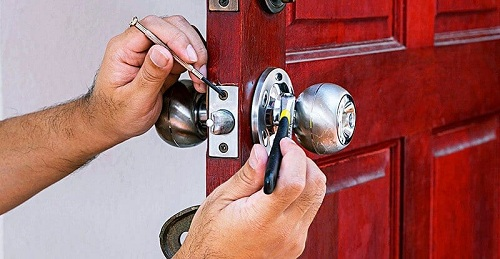Cách tháo khóa tay nắm tròn ra khỏi cửa
