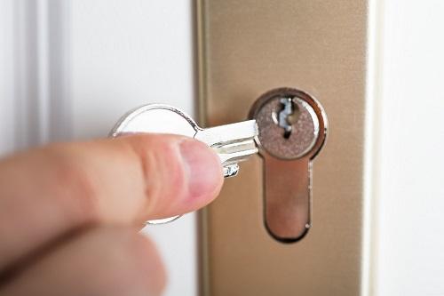 khóa bị gãy ngậm