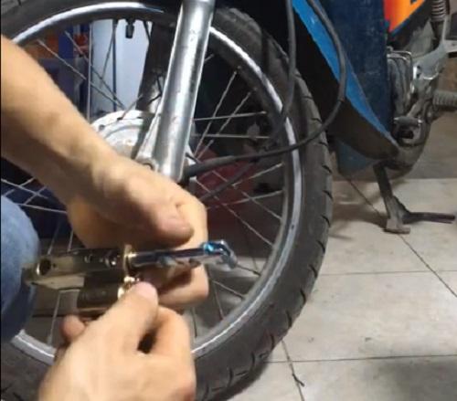 lắp khóa càng xe máy