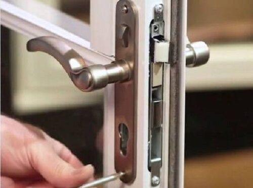 cách lắp khóa tay gạt cửa nhôm
