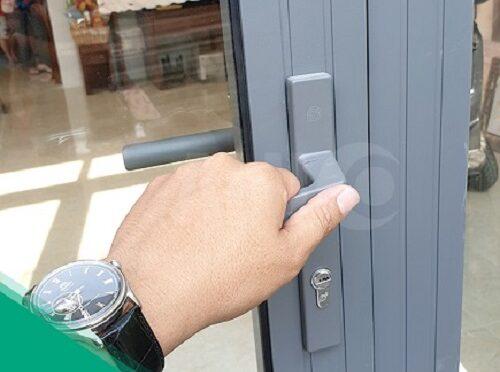 cách mở khóa cửa nhôm