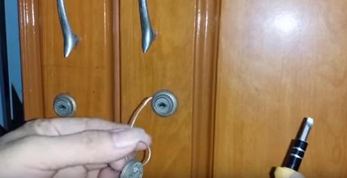 mở khóa tủ mất chìa