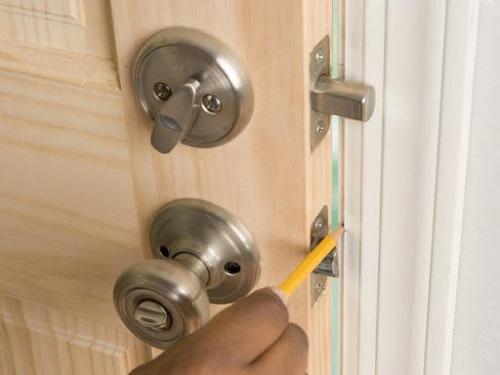 Cách mở khóa cửa bị kẹt