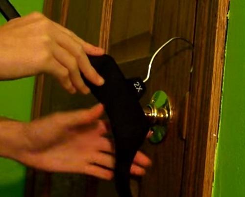 Cách mở khóa bằng móc cửa tay nắm tròn