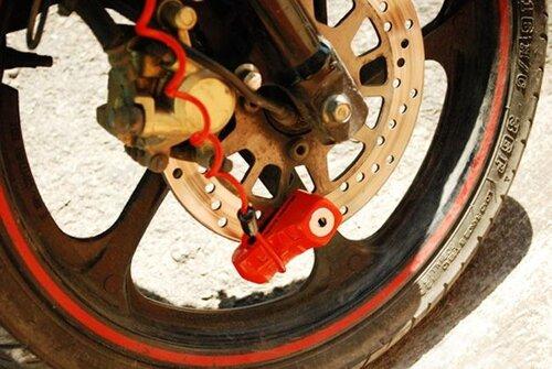 Khóa phanh đĩa xe máy là gì?