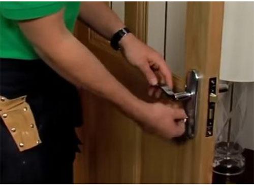 cách tháo ổ khóa tay gạt