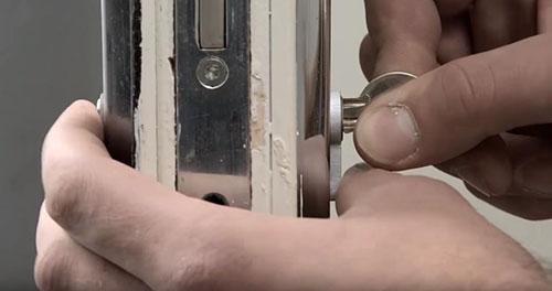 thay lõi khóa tay gạt bước 2